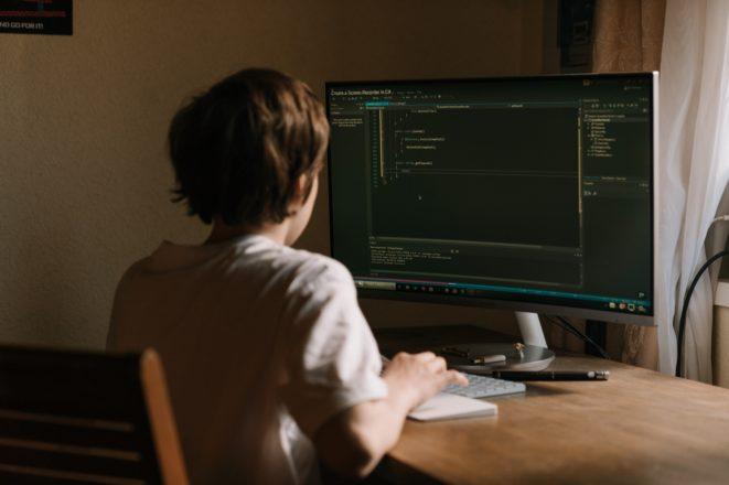 プログラミングスクールに通うより独学の方がいい理由
